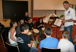 Die Schüler-Musikgruppe der Blaskapelle Neuschönau unter der Leitung von Stefan Seidl spielte zu den Tieren Afrikas mit Trommelklängen die dazu passende Musik