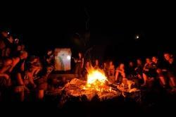 """An den Abenden stellten die Teilnehmer aus den 11 europäischen Ländern bei bester Lagerfeuer-Stimmung ihre 14 heimischen Schutzgebiete vor, so dass bei der heiteren Atmosphäre jeder Teilnehmer so ganz nebenbei zum """"Kenner"""" Europäischer Schutzgebiete wurde"""