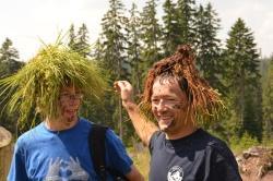 Trotz anstrengender körperlicher Arbeit bei der Moorrenaturierung in den Hochlagen des Nationalparks Bayerischer Wald blieb den Juniorrangern noch Zeit und Muse für kreative Spiele und Einlagen