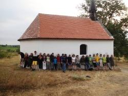 Teilnehmer des Camps an der neu rekonstruierten Kapelle bei Popice, zu Zeiten des Eisernen Vorhangs war sie fast ganz zerstört