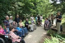 Unter anderem wurden die Besucherwege im Nationalparkzentrum Lusen barrierearm umgestaltet, sodass auch Gäste im Rollstuhl z.B. das Pflanzenfreigelände erleben dürfen und an Führungen teilnehmen können