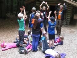 """Mit Begeisterung bauten Kinder im Waldspielgelände Spiegelau nach Anleitung von """"Bufdi"""" Stefan Köberl und Waldführerin Claudia Barthmann einen Baum"""
