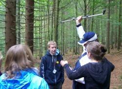 Auch die Telemetrie, wie sie normalerweise bei besenderten Wildtieren im Nationalpark Bayerischer Wald angewendet wird, stand auf dem Programm der Schüler bei ihrem Aufenthalt im Jugendwaldheim Wessely Haus