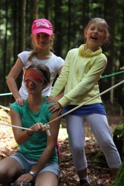 Kindern spielerisch Wissen zu vermitteln, gehört zu den Hauptaufgaben der FÖJler im Nationalpark Bayerischer Wald.