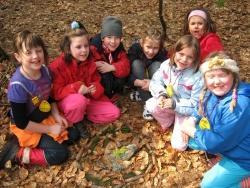Der Herbstwald bietet einen bunten Fundus an Naturmaterialien, mit denen die Kinder die fantasievollsten Dinge entstehen lassen