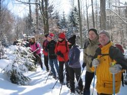 Mit Schneeschuhen kann auch die tief verschneite Winterwelt erkundet werden