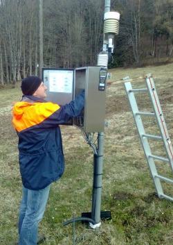 Messablesung am Taferlruck, eine der drei großen Klimastationen, die der Nationalpark seit den 1970er Jahren betreibt (Foto: NPV Bayerischer Wald)