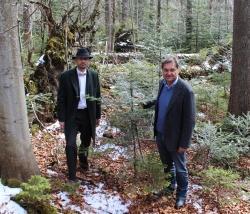 Waldbegang am Seelensteig: Vladimír Dolejský, Amtschef für Naturschutz im tschechischen Umweltministerium (l.), und Nationalparkleiter Franz Leibl (r.) vereinbarten bei ihrem Arbeitstreffen eine Intensivierung der Zusammenarbeit der Nationalparks Šumava und Bayerischer Wald