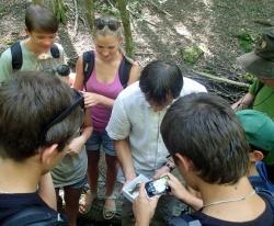 Spannendes Familien-Waldvergnügen: die digitale Geocaching-Schnitzeljagd mit den Junior Rangern rings ums Nationalparkzentrum Falkenstein (Foto: NPV Bayerischer Wald)