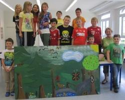 Kunstprojekt an der Georg-von-Pasterwiz-Mittelschule Hohenau: Schüler der 5. und 6. Klasse der präsentieren eines der Kunstwerke vom Nationalparkwald, das nun zukünftig das Schulgebäude schmücken wird. Mit dabei Nationalpark-Waldführerin: Anita Bernecker.
