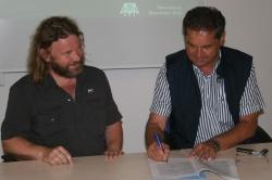 Unterzeichneten Kooperationsvertrag für die gemeinsame Ausarbeitung und Durchführung des grenzüberschreitenden Forschungsvorhabens zu den Themen Klima Biodiversität und Wasserhaushalt (v. l.): Pavel Hubený, Leiter des Nationalparks Šumava, und Dr. Franz Leibl, Leiter des Nationalparks Bayerischer Wald