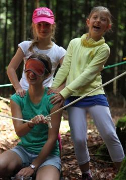 """Mit allen Sinnen dabei sein und Ungewöhnliches erleben – dazu lädt die Schnitzeljagd """"Das Geheimnis im Wald"""" im Waldspielgelände ein (Foto: NPV Bayerischer Wald)"""