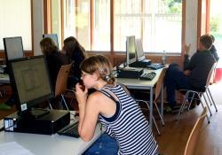 Esri Sommercamp im Nationalpark – für die Schüler des Freiburger Wetzinger Gymnasiums bedeutet das – trotz des endlich schönen Wetters – auch Datenbearbeitung und Datenauswertung am PC. (Foto: NPV Bayerischer Wald)