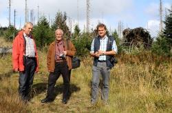 Beim Waldbegang am Lackaberg zum Thema Naturzonenausweisung 2015 (v. l.): Georg Jungwirth, Haymo Richter und Dr. Franz Leibl. (Fotos: NPV bayerischer Wald)