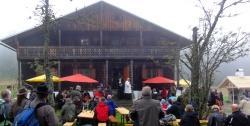Fand trotz trüben Wetters großen Anklang: das diesjährige Fest an der denkmalgeschützten Tummelplatzhütte (Foto: NPV Bayerischer Wald)
