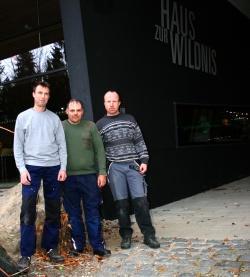 Packen gemeinsam kräftig an, damit in Technik und Wartung alles rund läuft im Haus zur Wildnis (v. l.): Martin Weber, Markus Wenzl und Max Schwarz. (Foto: NPV Bayerischer Wald)