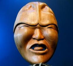 """""""Erster Atemzug"""", Holzmaske mit Federkrause von Othniel Anaqulutuq Oomittuk Jr."""