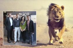 Der Leiter der Nationalparkverwaltung Dr. Franz Leibl (v.l.) und Laudator Martin Gabriel, selbst Geograph und begeisterter Naturfotograf, waren zur Eröffnung von der wilden Intensität der Bilder von Claudia und Wynand du Plessis begeistert. (Foto: NPV BW)