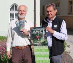 Dr. Franz Leibl (Leiter der Nationalparkverwaltung) und Lukas Laux (Umweltbildungsreferent) präsentieren das druckfrische Sommerprogramm 2015 (Foto: NPV Bayerischer Wald)