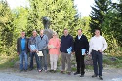 """Anlässlich der Frühjahrs-Personalversammlung 2015 ehrten Josef Wanninger (1. v. l.)) und Personalratsvorsitzender Hans Höcker (1. v. r) die anwesenden Dienstjubilare (Alfred Pscheidl (3. v. l), Katharina Reichenberger (4. v. l)) und Mitarbeiter mit """"runden Geburtstagen"""" (Robert Köck (2. v. l), Eduard Kalhammer (2. v. r.) und Werner Kircher(3. v. r.) (Foto: NPV Bayerischer Wald)"""