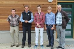 Nationalparkleiter Dr. Franz Leibl (2. von links), Reinhold Weinberger (links) und Ingo Brauer (Leiter der DST Scheuereck, rechts) mit den beiden künftigen Forstwirt-Azubis Jonas Plechinger ( Mitte) und Stefan Melch (2. von rechts) (Fotos: NPV)