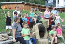 Kinder der Montessori Schule Freyung (Nationalpark-Schule seit 2011) präsentieren stolz der Leiterin des Jugendwaldheims Rita Gaidies (links vorne)  den selbstgebauten Lehmofen. (Foto:NPV)