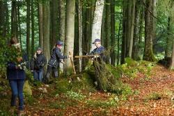 Die Juniorranger bei den Arbeiten an der Trockenmauer. (Foto: Steffen Krieger)