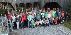 Die meisten Teilnehmer an den Junior Ranger-Erlebniswochen der Sommerferien waren noch einmal ins Hans-Eisenmann-Haus gekommen, um sich von ihren großen Nationalparkpartnern die Urkunden abzuholen. (Foto: NPV)