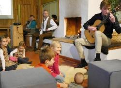 """Leonard Becker aus Viechtach, Bundessieger bei """"Jugend musiziert"""", begleitete die Lesung virtuos auf der Gitarre."""