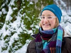 """Christina Frank (33), seit fünf Jahren Waldführerin: """"Als Waldführerin hab' ich die Natur noch mal ganz neu kennengelernt. Vor allem Kinder entdecken häufig Dinge, die mir bis dahin noch gar nicht aufgefallen sind."""" Bild: NPV BW"""