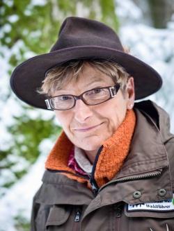 """Heidi Graf (62), seit 13 Jahren Waldführerin: """"Man sollte sich schon auf unterschiedlichste Menschen einlassen können und ab und an auch mal Improvisationstalent beweisen."""" Bild: NPV BW"""