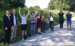 """Die Praktikanten des Umwelt-Praktikums stellen den Begriff """"Umwelt"""" wortwörtlich dar. Zur Übergabe der Praktikumstaschen und dem gemeinsamen Erfahrungsaustausch trafen sie sich in dieser Woche mit dem Filialdirektor der Commerzbank, Sven Dost (links), sowie Lukas Laux, Umweltbildungsreferent des Nationalparks (2. von links) und Johannes Matt vom Naturparks Bayerischer Wald (rechts)."""