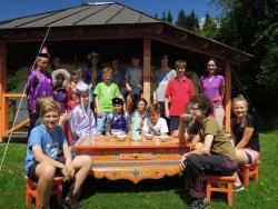 Die Klasse 7d des Gymnasium Zwiesel bei der Einweihung ihrer neu angebrachten Zierbretter an der mongolischen Jurte im Wildniscamp am Falkenstein. (Foto: NPV)