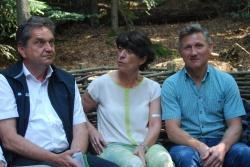 So ein Weidensofa ist bequem, befanden Nationalpark-Leiter Dr. Franz Leibl (l.), Zwiesels 2. Bürgermeisterin Elisabeth Pfeffer und Neuschönaus Bürgermeister Alfons Schinabeck. (Foto: NPV)