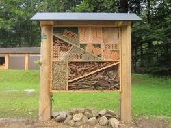 Das fertige Insektenhotel wartet nur noch auf Gäste. (Foto: NPV)