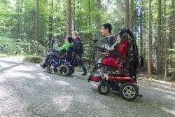 Einen ganzen Tag lang waren Bewohner der Förderstätte Viechtach mit ihren E-Rollstühlen im Nationalparkzentrum Falkenstein unterwegs, um den Besuch aus ihrem Blickwinkel zu dokumentieren. (Foto:NPV)