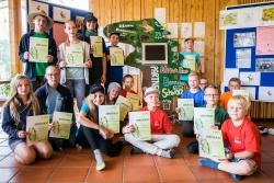 Stolz präsentieren die Teilnehmer des Austauschs zwischen dem Bayerischen Wald und dem Schwarzwald ihre Zertifikate und den selbst gebastelten Aufsteller für Videobotschaften aus Botswana. (Foto: Nationalpark Bayerischer Wald)