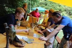 Am Stand der Junior Ranger konnten sich die Besucher über die sieben im Nationalpark lebenden Spechte informieren. (Foto: Gregor Wolf/Nationalpark Bayerischer Wald)