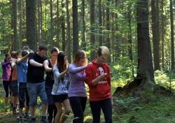 Tasten, fühlen, hören, riechen: Beim Lernen im Nationalpark wird Natur mit allen Sinnen erlebt. (Foto: Nationalpark Bayerischer Wald)