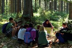 Speziell geschulte Waldführer lotsen die Teilnehmer durch individuell abgestimmte Umweltbildungsprogramme. (Foto: Nationalpark Bayerischer Wald)