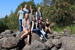 Bestes Wetter durften die von Nationalpark-Umweltbildungsreferent Lukas Laux (hinten rechts) koordinierten neun jungen FÖJler bisher bei ihrem Einführungsseminar – hier am Hans-Eisenmann-Haus – genießen. (Foto: Gregor Wolf/Nationalpark Bayerischer Wald)