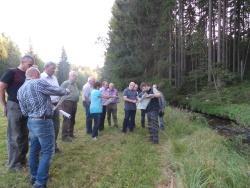 Am Sagwasserlauf erklärte Nationalparkmitarbeiter Jochen Linner (rechts) die geplanten Arbeiten zur Renaturierung des Baches. (Foto: Andreas Seidl)