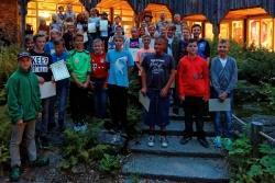 Nach der Feier stellten sich die neuen Junior Ranger zum Gruppenbild im Innenhof des Hans-Eisenmann-Hauses auf. (Foto: Steffen Krieger)